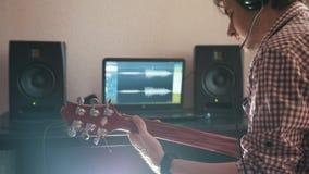 Ο νέος μουσικός συνθέτει και καταγράφει την ηχητική λωρίδα παίζοντας την κιθάρα χρησιμοποιώντας τον υπολογιστή, τα ακουστικά και  φιλμ μικρού μήκους