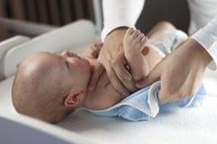 Ο νέος μπαμπάς αλλάζει την πάνα και τα ενδύματα στο νεογέννητο μικρό παιδί του Εκλεκτική εστίαση στοκ εικόνες με δικαίωμα ελεύθερης χρήσης