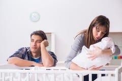 Ο νέος μπαμπάς δεν μπορεί να σταθεί να φωνάξει μωρών Στοκ εικόνα με δικαίωμα ελεύθερης χρήσης