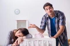 Ο νέος μπαμπάς δεν μπορεί να σταθεί να φωνάξει μωρών Στοκ εικόνες με δικαίωμα ελεύθερης χρήσης