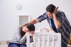 Ο νέος μπαμπάς δεν μπορεί να σταθεί να φωνάξει μωρών Στοκ Φωτογραφία