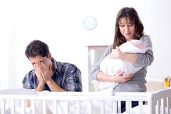 Ο νέος μπαμπάς δεν μπορεί να σταθεί να φωνάξει μωρών Στοκ Φωτογραφίες