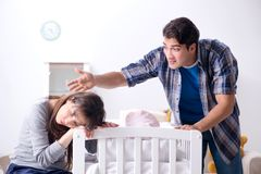 Ο νέος μπαμπάς δεν μπορεί να σταθεί να φωνάξει μωρών Στοκ φωτογραφία με δικαίωμα ελεύθερης χρήσης