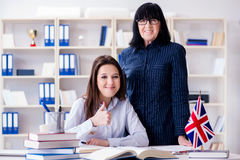 Ο νέος ξένος σπουδαστής κατά τη διάρκεια του μαθήματος αγγλικής γλώσσας Στοκ Εικόνες