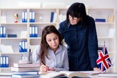 Ο νέος ξένος σπουδαστής κατά τη διάρκεια του μαθήματος αγγλικής γλώσσας Στοκ φωτογραφία με δικαίωμα ελεύθερης χρήσης