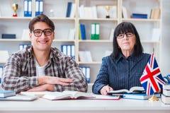 Ο νέος ξένος σπουδαστής κατά τη διάρκεια του μαθήματος αγγλικής γλώσσας Στοκ εικόνα με δικαίωμα ελεύθερης χρήσης