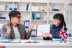 Ο νέος ξένος σπουδαστής κατά τη διάρκεια του μαθήματος αγγλικής γλώσσας Στοκ Φωτογραφία