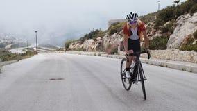 Ο νέος ξανθός θηλυκός ποδηλάτης οδηγά το ποδήλατό της απόθεμα βίντεο