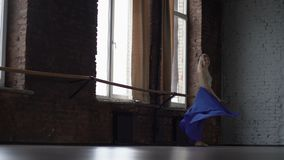 Ο νέος ξανθός χορευτής κάνει την περιστροφή σε σε αργή κίνηση απόθεμα βίντεο