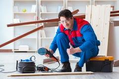 Ο νέος ξυλουργός που εργάζεται με τις ξύλινες σανίδες Στοκ φωτογραφία με δικαίωμα ελεύθερης χρήσης