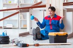 Ο νέος ξυλουργός που παίρνει το σπάσιμο από την εργασία με τις ξύλινες σανίδες Στοκ Εικόνα