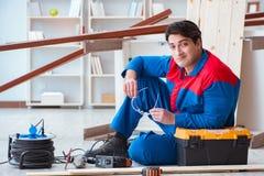 Ο νέος ξυλουργός που παίρνει το σπάσιμο από την εργασία με τις ξύλινες σανίδες Στοκ φωτογραφίες με δικαίωμα ελεύθερης χρήσης