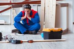 Ο νέος ξυλουργός στην εργασία κούρασε να αισθανθεί όχι καλά Στοκ Εικόνες