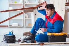 Ο νέος ξυλουργός στην εργασία κούρασε να αισθανθεί όχι καλά Στοκ εικόνα με δικαίωμα ελεύθερης χρήσης
