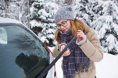 Ο νέος οδηγός γυναικών καθαρίζει μια ψήκτρα αυτοκινήτων Στοκ εικόνες με δικαίωμα ελεύθερης χρήσης