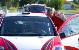 Ο νέος οδηγός rallye ελέγχει το αυτοκίνητό του Στοκ Φωτογραφία