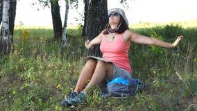 Ο νέος οδοιπόρος γυναικών πίνει το νερό απόθεμα βίντεο