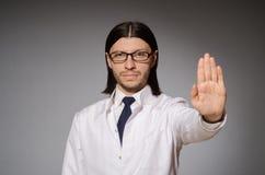Ο νέος παθολόγος ενάντια σε γκρίζο Στοκ Εικόνες