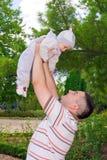Νέος πατέρας που κρατά το γιο του Στοκ Φωτογραφία