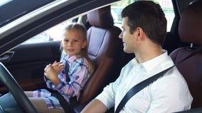 Ο νέος πατέρας επικοινωνεί με τη συνεδρίαση κορών στο αυτοκίνητο φιλμ μικρού μήκους
