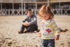 Ο νέος πατέρας με τη μικρή κόρη που απολαμβάνει το χρόνο στην παραλία, πατέρας δεν φροντίζει την κόρη Στοκ Φωτογραφίες