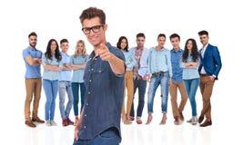 Ο νέος περιστασιακός ηγέτης με τα γυαλιά σας θέλει στην ομάδα του στοκ εικόνες