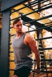 Ο νέος προκλητικός αθλητής στέκεται στους φραγμούς τοίχων στοκ εικόνες