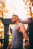 Ο νέος προκλητικός αθλητής στέκεται στους φραγμούς τοίχων στοκ φωτογραφία με δικαίωμα ελεύθερης χρήσης