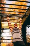Ο νέος προκλητικός αρσενικός αθλητής εκπαιδεύει με τους φραγμούς πιθήκων στοκ φωτογραφίες