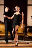 Ο νέος προσχηματισμός ζευγών χορού λατινικά παρουσιάζει χορό στο αρχαίο ballro Στοκ φωτογραφίες με δικαίωμα ελεύθερης χρήσης