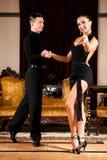 Ο νέος προσχηματισμός ζευγών χορού λατινικά παρουσιάζει χορό στο αρχαίο ballro Στοκ φωτογραφία με δικαίωμα ελεύθερης χρήσης