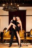 Ο νέος προσχηματισμός ζευγών χορού λατινικά παρουσιάζει χορό στο αρχαίο ballro Στοκ εικόνες με δικαίωμα ελεύθερης χρήσης