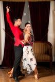 Ο νέος προσχηματισμός ζευγών χορού λατινικά παρουσιάζει χορό στο αρχαίο ballro Στοκ εικόνα με δικαίωμα ελεύθερης χρήσης