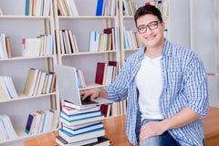 Ο νέος σπουδαστής με τα βιβλία που προετοιμάζεται για τους διαγωνισμούς Στοκ Εικόνα