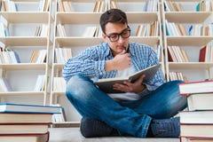 Ο νέος σπουδαστής που μελετά με τα βιβλία Στοκ Εικόνες