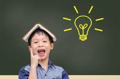 Ο νέος σπουδαστής έχει την καλή ιδέα με τη λάμπα φωτός στοκ εικόνες με δικαίωμα ελεύθερης χρήσης