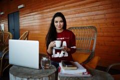 Ο νέος σπουδαστής πίνει τον καφέ στο πεζούλι του σπιτιού του στοκ φωτογραφία