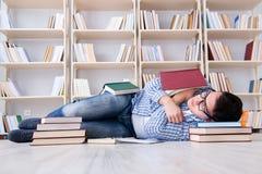 Ο νέος σπουδαστής που μελετά με τα βιβλία Στοκ φωτογραφίες με δικαίωμα ελεύθερης χρήσης