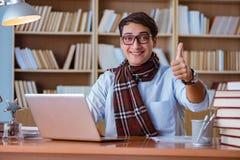 Ο νέος συγγραφέας βιβλίων που γράφει στη βιβλιοθήκη Στοκ Εικόνα