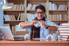 Ο νέος συγγραφέας βιβλίων που γράφει στη βιβλιοθήκη Στοκ φωτογραφία με δικαίωμα ελεύθερης χρήσης