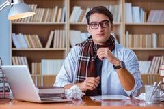 Ο νέος συγγραφέας βιβλίων που γράφει στη βιβλιοθήκη Στοκ Φωτογραφία