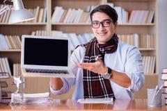 Ο νέος συγγραφέας που εργάζεται στη βιβλιοθήκη Στοκ Φωτογραφίες