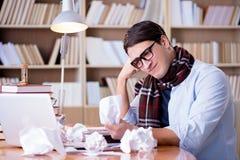 Ο νέος συγγραφέας που εργάζεται στη βιβλιοθήκη Στοκ Εικόνες