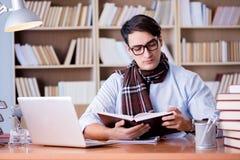 Ο νέος συγγραφέας που εργάζεται στη βιβλιοθήκη Στοκ εικόνες με δικαίωμα ελεύθερης χρήσης