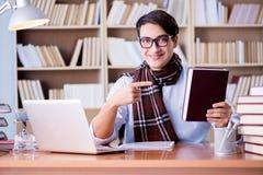 Ο νέος συγγραφέας που εργάζεται στη βιβλιοθήκη Στοκ εικόνα με δικαίωμα ελεύθερης χρήσης