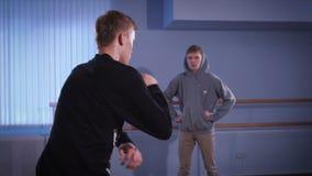 Ο νέος, ταλαντούχος χορευτής εκτελεί το χορό χιπ χοπ χρησιμοποιώντας το ανώτερο μέρος του σώματός του Τύπος στο υπόβαθρο, που προ απόθεμα βίντεο