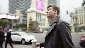 Ο νέος τουρίστας ανατρέχει περπατώντας σε ένα πεζοδρόμιο απόθεμα βίντεο
