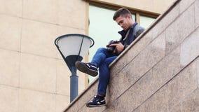 Ο νέος τύπος εξετάζει τη ψηφιακή κάμερα ενώ στην πόλη απόθεμα βίντεο