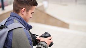 Ο νέος τύπος εξετάζει τη ψηφιακή κάμερα ενώ στην πόλη φιλμ μικρού μήκους
