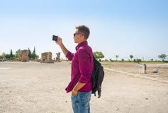 Ο νέος τύπος με το σακίδιο πλάτης, τουρίστας, παίρνει τις εικόνες με κινητό του Στοκ φωτογραφίες με δικαίωμα ελεύθερης χρήσης